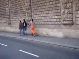 Прикол клоун на улице